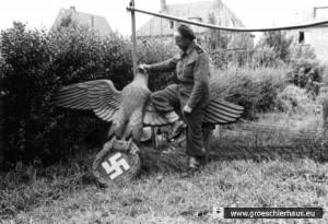 Polnischer Soldat (in britischer Uniform) mit abgeschlagenem NS-Adler, unbekannter Ort in Ostfriesland oder Emsland, Mai 1945  (Archiv H. Peters)