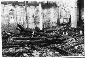 Ein Wehrmachtsfotograf nahm am 10. November 1938 drei Fotos der zerstörten Synagoge auf. Aus ihnen lassen sich einige Elemente der Inneneinrichtung wie z. B. der Thoraschreins und seine erhöhte Ebene rekonstruieren. (Archiv H. Peters)