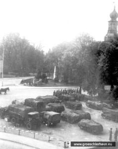 Militärfahrzeuge vor dem Schlossturm. Adolf Hirche, ein Verfolgter des NS-Regimes, machte diese Aufnahme illegal unmittelbar nach der Einnahme Jevers am 6. Mai 1945 vom Dachfenster des Kinos aus (Archiv Eva Basnizki, Israel)