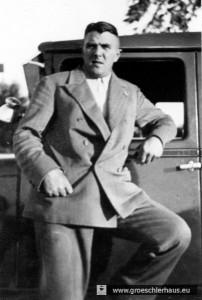 """Der Schlachtermeister Adolf """"Addi"""" Tammen entwaffnete den NSDAP-Kreisleiter Hans Flügel im Gewühl. Augenzeuge: """"Plötzlich rief einer aus der Menge: `Pass op, Addi. Er het en Revolver.´ Tammen: `Wol, Revolver het er ook?´, griff Flügel von hinten  in die Tasche und nahm ihm die Waffe ab.""""  (Archiv H. Peters)"""