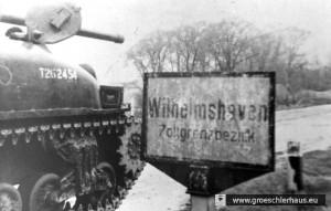 Britische Panzer mit polnischen Soldaten am Ortsschild von Wilhelmshaven, Vormittag, 6. Mai 1945 (Polish Museum., London)