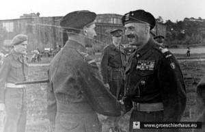 Generalleutnant Guy Simonds (1903 – 1974), der Befehlshaber des 2nd Canadian Corps, und General Wladyslaw Anders (1892 – 1970), der Befehlshaber aller polnischen Exilstreitkräfte, anlässlich einer Siegesparade auf dem Flugfeld  von Upjever, 15. Mai 1945 (Polish Museum, London)