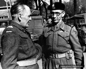 """Oberst Franciszek Skibinski (lrechts, 1899 – 1991) nahm die Übergabe von Jever am 6. Mai 1945 im """"Hof zu Oldenburg""""  entgegen. Er war einer der engsten Mitarbeiter des legendären Panzergenerals und Befehlshabers der 1. Polnischen Panzerarmee Stanislaw Maczek (1892 – 1994). (Polish Museum, London)"""