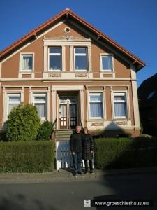 Claudia und Rafi de Levie vor dem Haus in der Schlosserstraße, in dem die Großeltern von Rafi de Levie, ein sehr erfolgreicher Viehhändlerehepaar,  bis Mitte der 20er Jahre lebten.