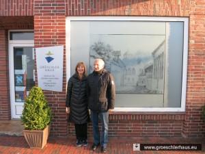 Vor dem Gröschlerhaus, das ein Jahr nach dem ersten Besuch 2013 eröffnet und jetzt besichtigt wurde.
