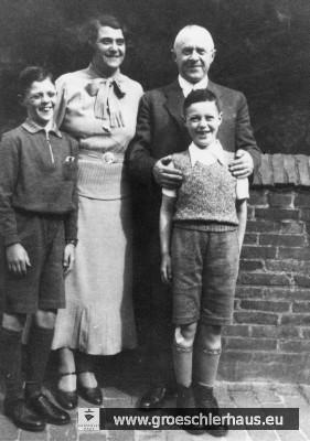 Julius (1884 – 1944 Auschwitz) und Hedwig Gröschler (1894 – 1944 Auschwitz) mit ihren Söhnen Hans und Fritz, die durch die Kindertransporte 1938 ins rettende England kamen und später in der britischen Armee gegen NS-Deutschland kämpften, während ihre Eltern ermordet wurden (Foto von 1933).