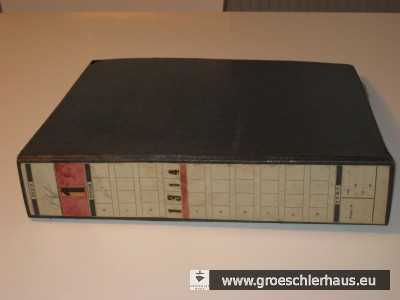 Ein Foto des Ordners kurz nach seiner zufälligen Auffindung auf dem Dachboden des jeverschen Rathauses im Jahre 2012. Der Inhalt steht jetzt im Niedersächsischen Landesarchiv Oldenburg der Forschung zu Verfügung.