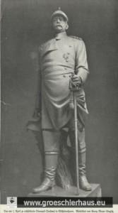 Das Denkmal von 1905 – 1939 in Wilhelmshaven-Heppens auf dem Bismarck-Platz: Der Reichskanzler mit Pickelhaube, Reiteruniform, Reitersäbel und Schwarzem Adlerorden. (Georg Meyer-Steglitz, 1905)