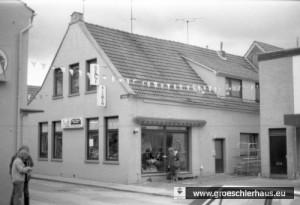 St. Annenstraße 9: Das Haus des Viehhändlers Hugo Weinstein wurde im Oktober 1939 an einen Tischlermeister verkauft. Es wurde 2012 im Rahmen der Errichtung des Altstadtquartiers abgerissen und durch einen Neubau ersetzt. (Foto von 1982)