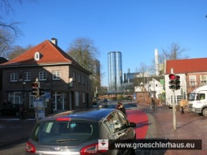 """Hier muss fast jedes Auto durch: Jevers """"Bismarck-Schneise"""" Richtung Elisabethufer. Links das """"Bismarck-Museum"""", rechts das """"Haus der Getreuen""""."""