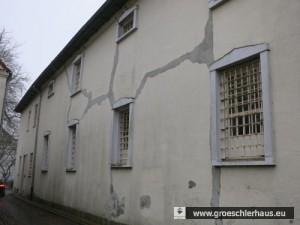 Das ehemalige Gefängnis von der Straße Kettelhörn aus gesehen. Die Gitter und auch die Schließanlagen einer Reihe von Zellen sind noch im Zustand von 1938.
