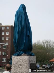 Eine blaue Burka in der islamischen Farbe für Unendlichkeit - oder für Wilhelmshaven passenderHimmel und Meer - zierte viel zu kurz den Bismarckplatz.