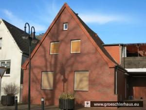 Mönchwarf 1 wurde 1910 von der Jüdischen Gemeinde als Erweiterung der Religionsschule im Anbau der Synagoge erworben. Unter den Bedingungen des Nationalsozialismus diente das Häuschen als Altersheim der Gemeinde. Im Mai 1939 wurde es an einen Bauunternehmer verkauft. (Foto von 2015)
