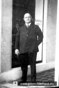 """Hans Mendelsohn (1891 Jever – 3. Mai 1945 Neustädter Bucht), vor dem Bekleidungsgeschäft """"A. Mendelsohn"""" am Kirchplatz, Foto von ca. 1928"""