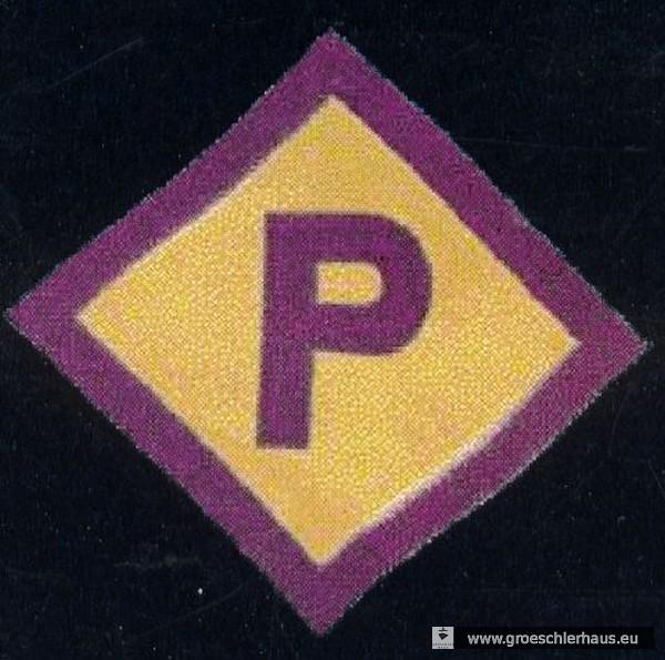 """Das gelb-violette """"P"""" – 1940 eingeführte Kennzeichnung für polnische Zwangsarbeiter in Deutschland. Im September 1941 folgte der """"Gelbe Stern für Juden"""" und ab Frühjahr 1942 das """"Ost""""-Abzeichen für Zwangsarbeitskräfte aus den besetzten Gebieten der Sowjetunion (Sammlung H. Frerichs)."""