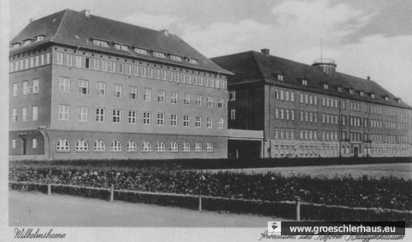 Das 1937 erbaute Arbeitsamt von Wilhelmshaven (links, Postkarte) am Rathausplatz, in dem die Gestapo bis 1944 residierte. Das Arbeitsamt war zuständig für den Einsatz der Zwangsarbeiter, die die Gestapo überwachte. Direkter Nachbar war das Oberrealgymnasium. (Stadtarchiv Wilhelmshaven)