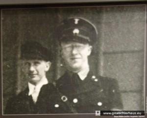 """Bruno Müller (1905– 1960) leitete die Gestapo Wilhelmshaven in zwei Phasen seiner SS-Karriere. Das Foto zeigt Müller 1940 in Krakau als Mitglied eines """"Einsatzkommandos"""" zur Ermordung der polnischen Intelligenz, 1941 gehörte er der """"Einsatzgruppe D"""" in der Ukraine an. Er starb als Versicherungsvertreter in Oldenburg."""