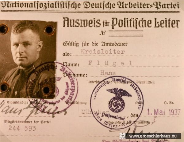 Hans Flügel (1894 - 1991) amtierte als NSDAP-Kreisleiter Friesland von 1934 bis 1945. Zuvor, ab 1931, war er NSDAP-Kreisleiter vom (alten) Amt Varel. Er gilt als eine treibende Kraft bei der Unterdrückung der Zwangsarbeiter in seinem Bereich, wurde hierfür aber niemals gerichtlich zur Rechenschaft gezogen. Nach dem Krieg musste er wegen anderer Verbrechen insgesamt 5 Jahre Internierung und Gefängnis absitzen. Danach lebte er, als Gemüsebauer und Rentner, wieder in Varel. (Foto Archiv H. Peters)
