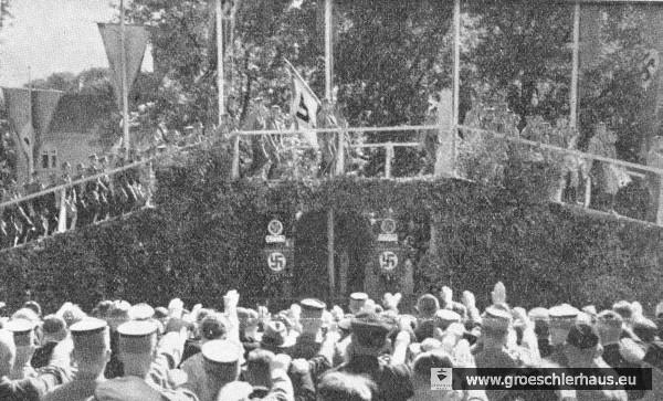 """Originale Bildunterschrift: """"Nach der Vereidigung von NSKK-Männern auf dem Schloßhof erfolgte unter lebhafter Beteiligung der Bevölkerung der Aufmarsch der SA und die Aufführung des einzigartigen Chorspiels der SA-Brigade 63 `Wir sind die Brücke der Zeit´, die Kampf, Aufbruch und Volkwerdung im Zeichen der SA packend verkörperte."""" (Archiv H. Peters)"""