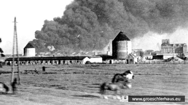 Außenstelle Wilhelmshaven des KZ Hamburg-Neuengamme am Alten Banter Weg (Baracken, rechts das KSW-Gebäude) Der Schnappschuss galt den nach einem Luftangriff brennenden Öltanks beim heutigen Klein Wangerooge (Archiv H. Peters)