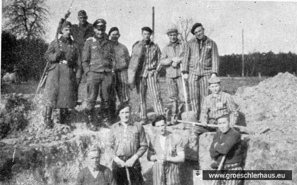 KZ-Häftlinge gruben nach Blindgängereinschlägen die Sicherungsschächte für die Luftschutzpolizei. Das Foto zeigt Häftlinge zusammen mit der SS nach einer Entschärfung (Wilhelmshaven ca. 1944, Archiv H. Peters)