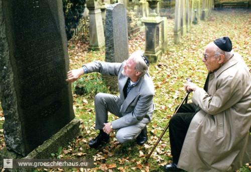 Der ehemalige Landesrabbiner von Oldenburg und spätere amerikanische Religionsprofessor Leo Trepp (1913 – 2010) am 15. Nov. 2000 zusammen mit Pastor Volker Landig auf dem Friedhof (Foto H. Peters)