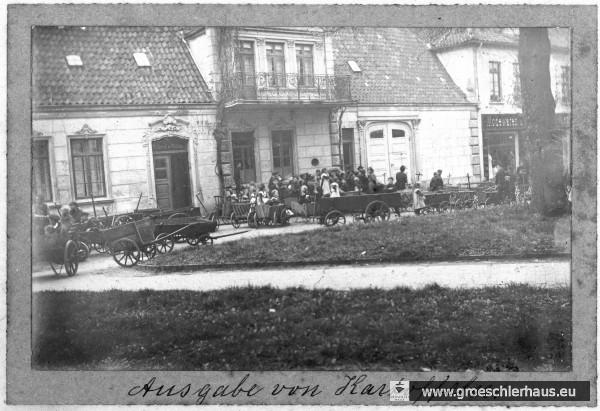 """""""Ausgabe von Kartoffeln"""" auf dem Kirchplatz von Jever während des Ersten Weltkriegs, ca. 1917 (Schlossmuseum Jever)"""