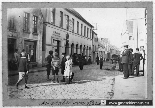 """""""Ausgabe von Brot"""" auf der Schlachtstraße von Jever während des Ersten Weltkriegs, ca. 1917  (Schlossmuseum Jever)"""