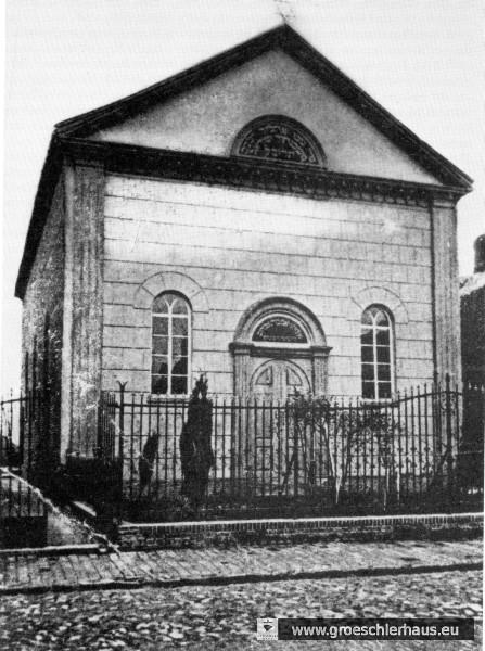 Die Ost- bzw. Straßenseite der Synagoge von 1852 auf einem Foto von ca. 1910. Der Eingang lag auf der Rückseite. (Die Synagogen des Oldenburger Landes, 1988, S.126)