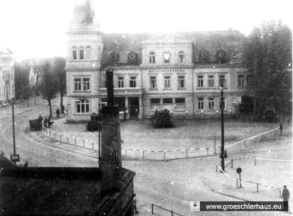 """Jever am 6. Mai 1945: Der """"Hof zu Oldenburg"""", Hauptquartier der polnischen Brigade, mit Hoheitszeichen und Panzer. Das Foto wurde vom NS-Verfolgten Adolf Hirche trotz allgemeinen Fotografierverbots gemacht. (Sammlung A. Hirche, Jerusalem)"""
