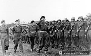 Militärflugplatz Upjever, 19. Mai 1945: Überreichung von Orden an polnische und kanadische Soldaten durch (v.l.) Generalleutnan Guy Simonds, unbekannt, General Stanislaw Maczek und General Wladyslaw Anders (Sikorski Museum, London)