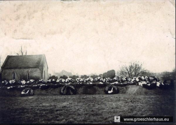 """Grab der beim Luftangriff vom 18. Februar 1943 umgekommenen und auf dem """"Ausländerteil"""" bestatteten Holländer (Aufnahme privat, Februar 1943, Sammlung H. Frerichs)."""