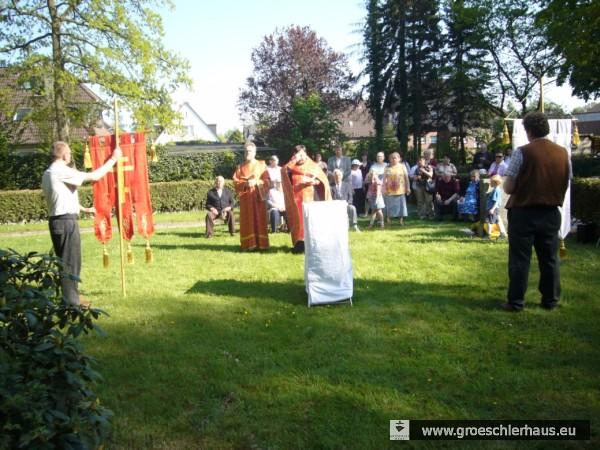 """Ökumenischer Gedenkgottesdienst auf dem """"Ausländerteil"""" des Friedhofs Sande im Mai 2008 (Foto: privat, Sammlung H. Frerichs)."""
