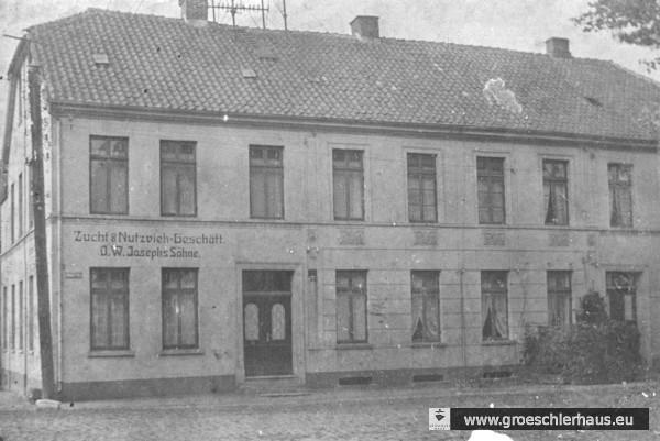 Blaue Str. 1. In dem in der Nachkriegszeit abgebrochenen Gebäude (heute Parkplatz) wohnten Hermann und Änne Gröschler, seit ihnen die Landessparkasse zu Oldenburg 1933 aus rassistischen Gründen die Wohnung im Obergeschoss des Sparkassengebäudes in der Albanistraße gekündigt hatte.