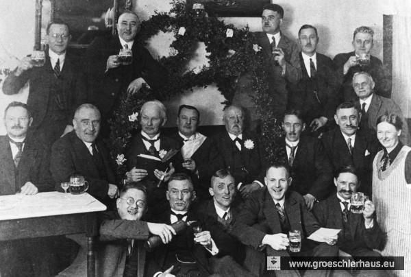 """Pütt-Bier der Albanipütt vor der NS-Zeit im """"Schwarzen Bär"""" am Kirchplatz (ca. 1932/32). Hermann Gröschler (stehend 2. v.l.), Sparkassendirektor Rudolf Borgerding (stehend, 3. v.l.), Barbier Otto Schenker (mittl. Reihe, 4. v.l.), Wilke Husmann (mittl. R., 6. v.l.). Der jüdische Kaufmann Julius Schwabe (geb. 1883, mittl. R., 7. v.l.) ging in Hamburg 1941 vor seiner Deportation in den Freitod. Ebenfalls auf dem Foto: Stadtkämmerer Christian Carstens, ein Vertreter des Elektrizitätswerks, Uhrmacher Georg Andrae, Schuhmacher Hermann Redenius, die Buchhändler Ferdinand Krützfeld und Carl Altona, die Kaufleute Karl Leban und Heinrich Müller sowie der Gastwirt Hermann Janßen mit Ehefrau. (Archiv H. Peters)"""