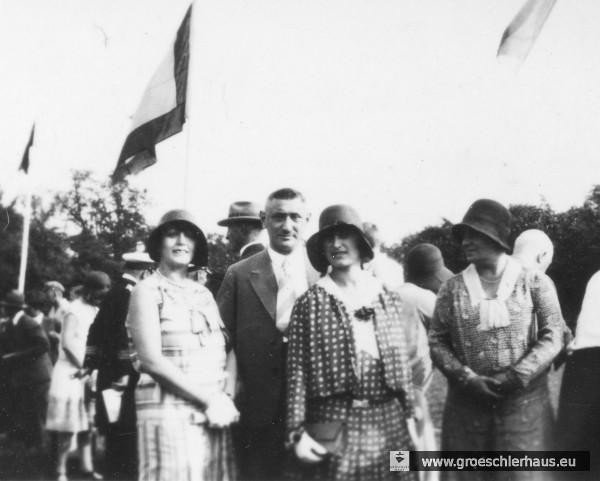 Schnappschuss vom jeverschen Schützenfest ca. 1925: Änne Gröschler (3. v.l.) mit (v.l.) Julius Schwabe (1883 Jever – 1941 Hamburg, Freitod vor Deportation), Lisbeth Josephs (1887 Jever – 1944 Auschwitz) und Sabine Landsberg (1895 Frankfurt/Oder – 1950 Israel) (Archiv H. Peters)