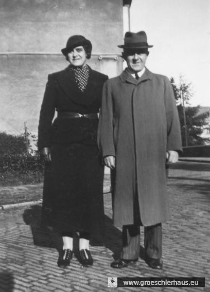Hedwig Gröschler geb. Steinfeld (1894 Osnabrück – 1944 Auschwitz) und ihr Ehemann Julius Gröschler (1884 Jever – 1944 Auschwitz) ca. 1925 vor ihrem Haus Albanistraße / Ecke Prinzenallee(Archiv H. Peters)