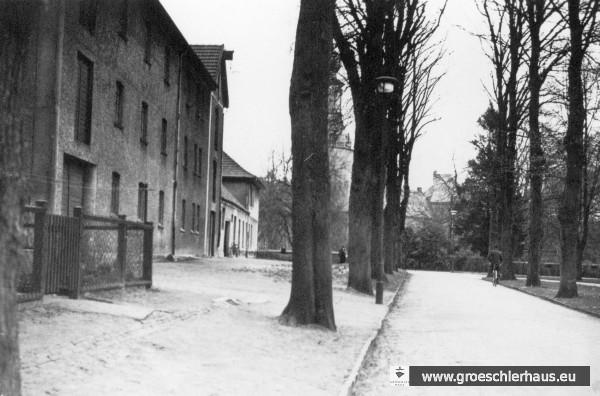 """Das Lagerhaus der Firma """"S. Gröschler KG"""" an der Prinzenallee in einem Foto von ca. 1938. Das Gebäude wurde später zu einem Mietshaus umgestaltet. An der Ecke zur Albanistraße ist das später durch einen Neubau ersetzte Wohnhaus des Ehepaars Julius und Hedwig Gröschler zu erkennen. (Archiv H. Peters)"""