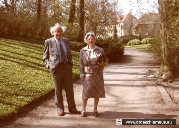 Dr. Alfred Löwenberg und seine Ehefrau Käthe Löwenberg-Gröschler im Schlossgarten, vor dem Hintergrund der Albanistraße, dem früheren Wohnsitz der Familien Gröschler. Die Aufnahme entstand beim Besuch der aus Jever vertriebenen Juden im April 1984. (Foto: Carl-Gustav Friederichsen)