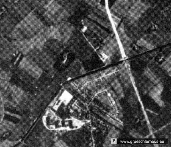 Abb.: Alliiertes Luftbild des Gebietes Sande / Sanderbusch. Um 1940, Lager durch Pfeil markiert, links unten das damalige Marine-Lazarett Sanderbusch (Quelle: Stadtarchiv Wilhelmshaven, Best. 5050).