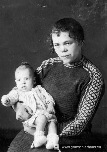 Sophie Zahn mit ihrem Sohn Manfred kurz vor der Verhaftung im Jahre 1941 (Foto Privat, Sammlung Holger Frerichs).
