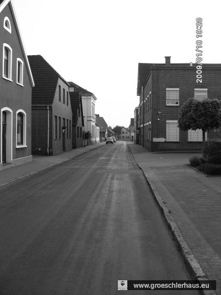 Der Schauplatz der Verhaftung: Achternstraße in Varel. Auf der rechten Seite befand sich die Maschinenfabrik Heinen mit den Unterkünften für die ausländischen Zwangsarbeiter, auf der gegenüberliegenden Seite wohnten die beiden deutschen Frauen (Foto: Holger Frerichs, 2009).