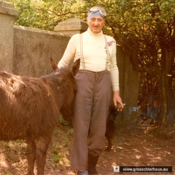 Fritz Levy mit Mopedbrille und Esel in einer Aufnahme von ca. 1975, die sich im Nachlass fand und auf dem Grundstück Schlosserstraße / Bismarckstraße entstand. Archiv H. Peters