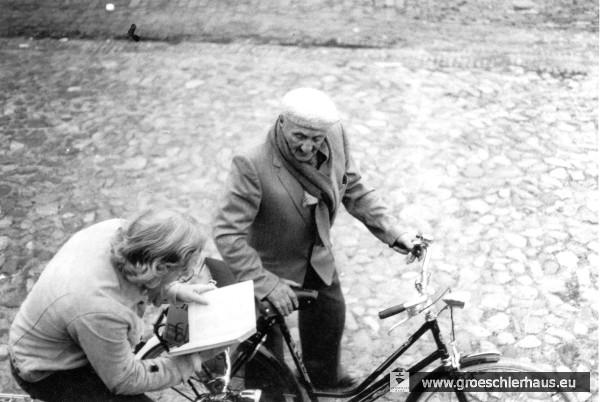 Fritz Levy half den jungen Leuten auch praktisch, die NS-Zeit ihrer Stadt zu erforschen. Das Foto zeigt ihn mit dem Gymnasiasten Martin Illgen bei einer Fahrradexkursion durch Jever, um mit dem Adressbuch von 1923 die ehemaligen Wohnhäuser der Juden zu bestimmen. Foto H. Peters
