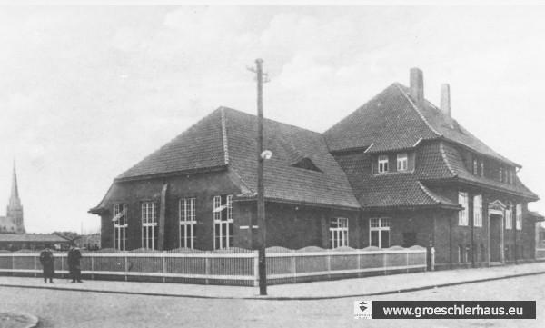 Das erste Schulgebäude der Frl.-Marien-Schule an der Ecke Lessingstraße / Oldeoogestraße von 1911 – 1922, im Hintergrund die Banter Kirche  (Stadtarchiv Wilhelmshaven)