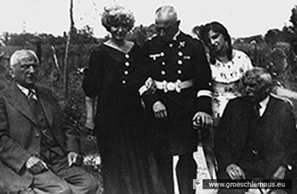 Mitte: Eva Hirches Tante Margaretha Magnus (1889 – 1944 Theresienstadt) mit Ehemann Gottlieb (1883 – 1942 Auschwitz) in Offiziersuniform und Tochter Antonie (1921 – 1942 Auschwitz)