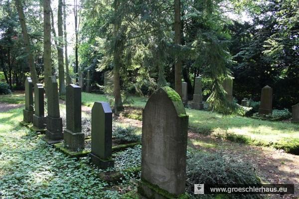 Grabsteine auf dem Friedhof der jüdischen Gemeinde von Wilhelmshaven-Rüstringen in Schortens (Foto M. Schmid, 2011)