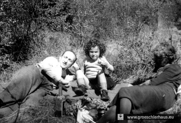 Adolf, Eva und Erna Hirche bei einem Picknick im Upjever Forst 1938 (Foto A. Hirche, Selbstauslöser)