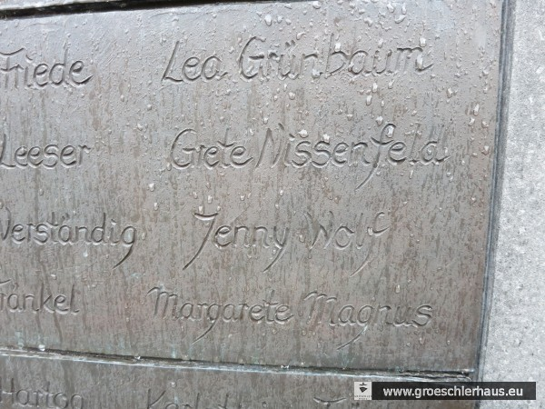 Die Namen der Absolventinnen der Frl.-Marienschule Gretchen Nissenfeld und Jenny Wolf stehen auf  dem Mahnmal für die Ermordeten Juden Wilhelmshavens (Foto 2015, H. Peters)