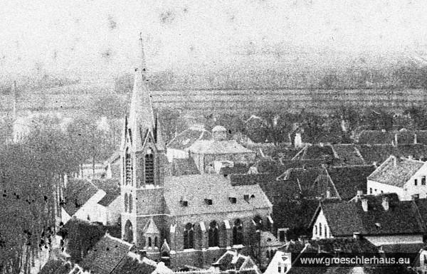 Die Synagoge über der katholischen Kirche auf einem vom Schlossturm aus aufgenommenen Foto von 1902 Die Eckkuppeln sind nicht mehr vorhanden, das Schulgebäude mit Schornstein ist zu erkennen. (Schlossarchiv Jever)
